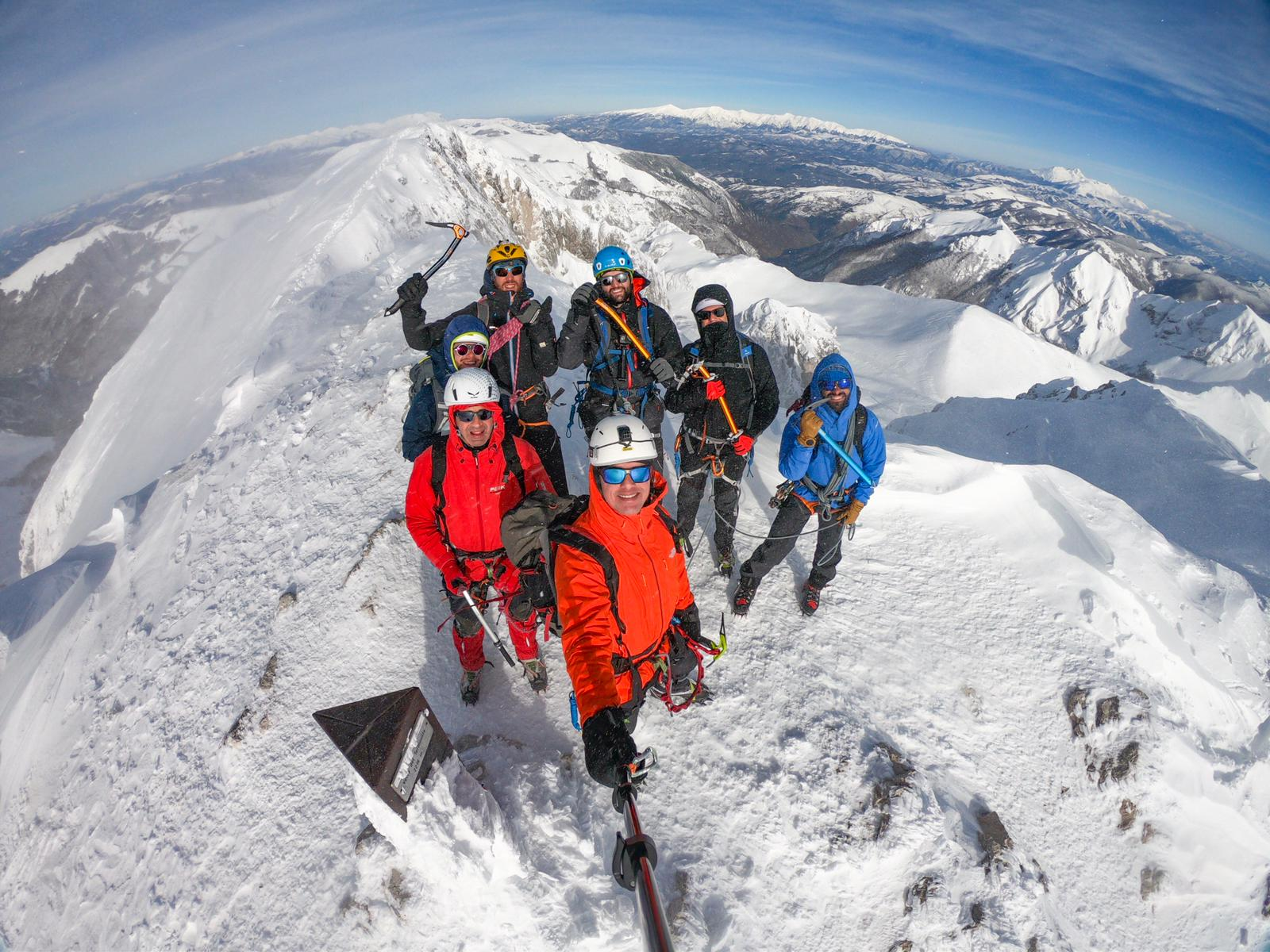 gruppo outdoor per giornata alpinismo invernale