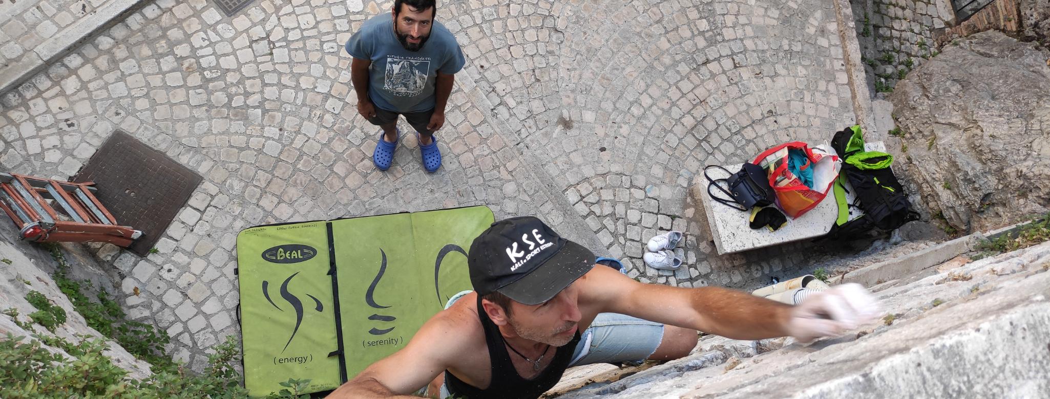 Ragazzo scala la parete di un edificio