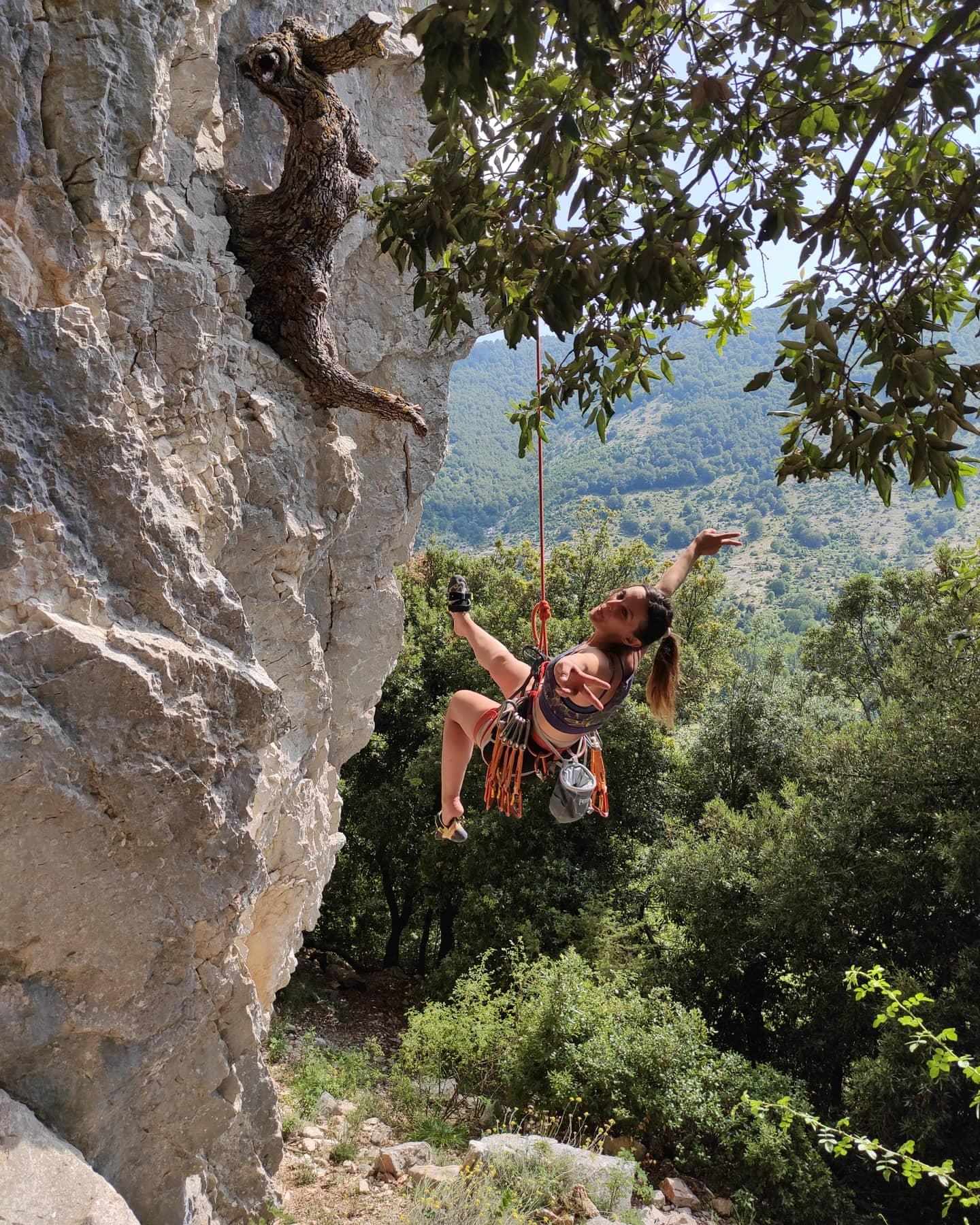 Uomo scala falesia con attrezzi per il climbing