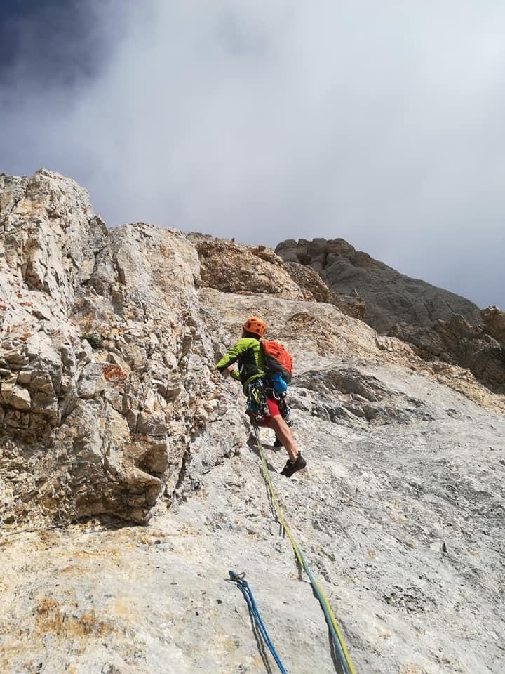 stage multipitch arrampicata - omino si arrampica su falesia